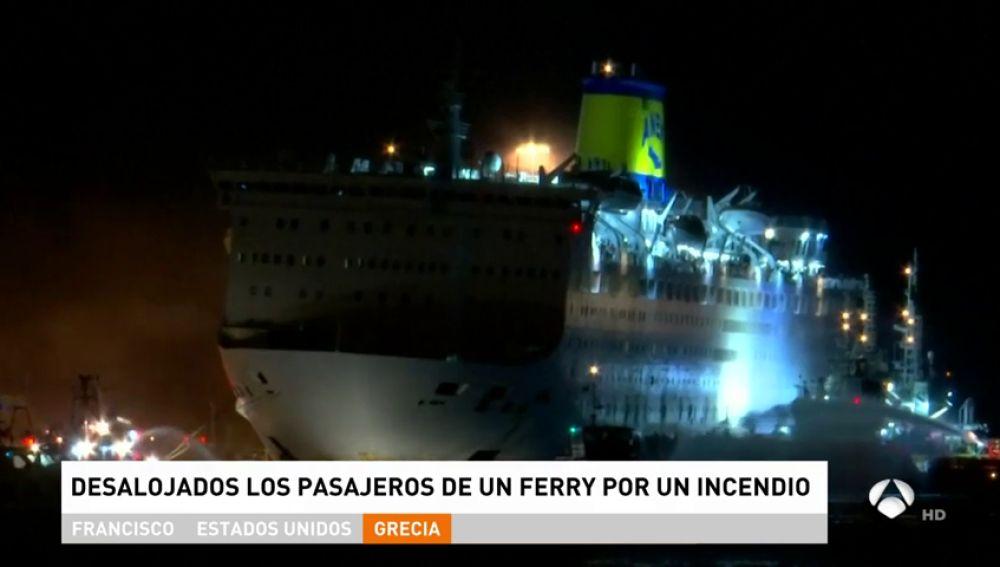 Un ferry con más de 1.000 pasajeros atraca en el puerto de El Pireo, en Grecia, tras un incendio
