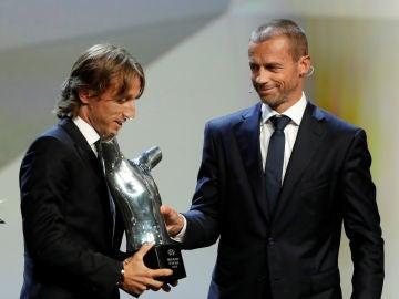 Ceferin entrega a Modric el premio a mejor jugador del año