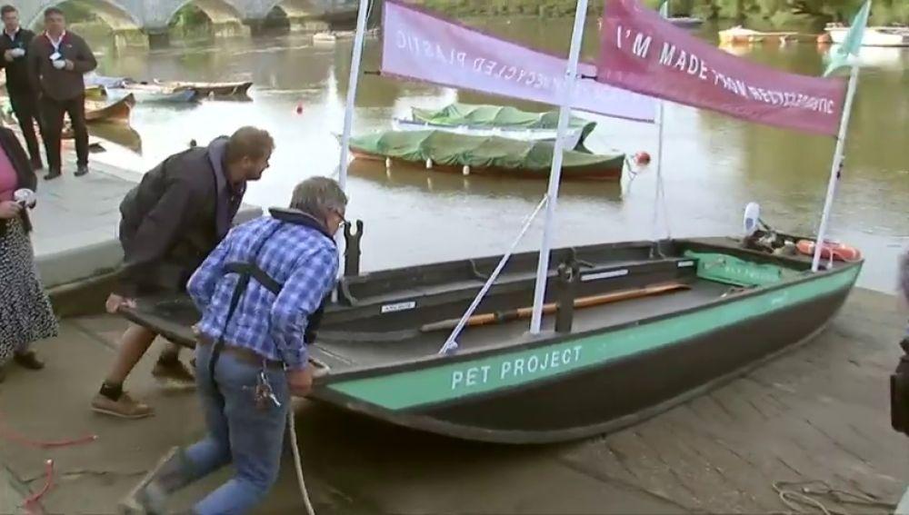 Un barco fabricado con plástico reciclable navega por el Támesis