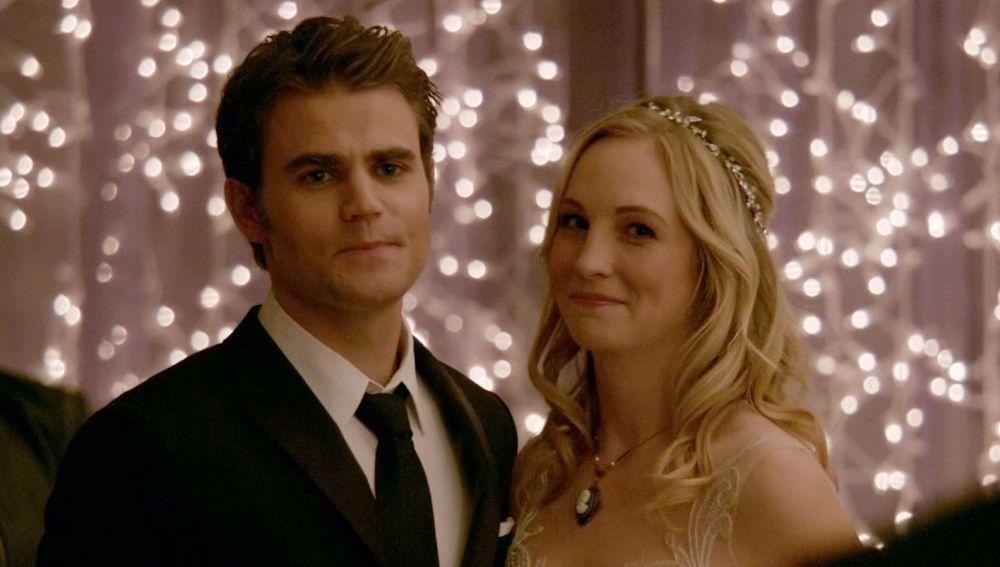 Stefan y Caroline en el último capítulo de 'The Vampire Diaries'