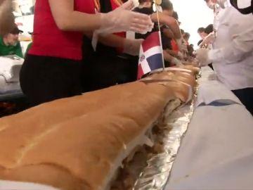 Con una longitud de 70 metros de largo y aproximadamente 865 kilogramos, baten el récord de la torta más grande del mundo.