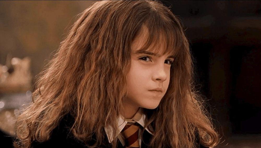 Hermione Granger mira fijamente a Katie Aiani