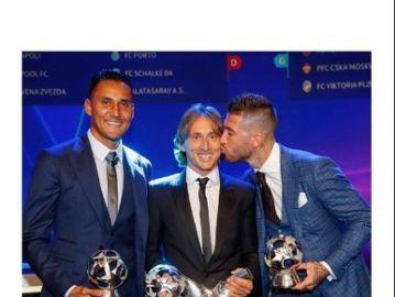 Sergio Ramos felicita a Modric por el premio a mejor jugador del año por la UEFA