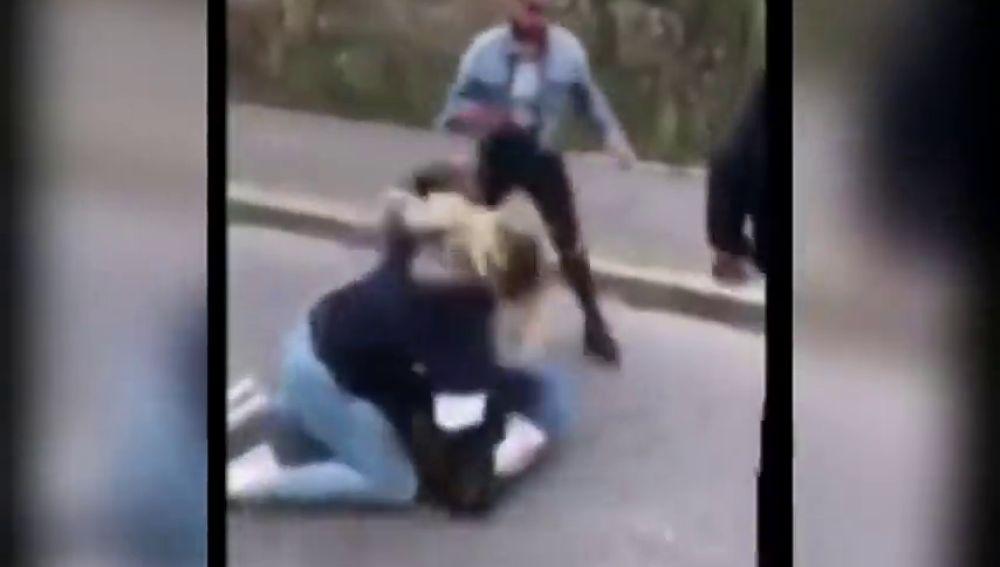 Cruel agresión a una adolescente en Bristol (Inglaterra) por sus compañeras de clase