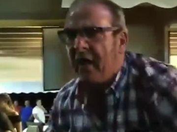 El dueño de un bar se enfrenta a independentistas por colocar lazos amarillos