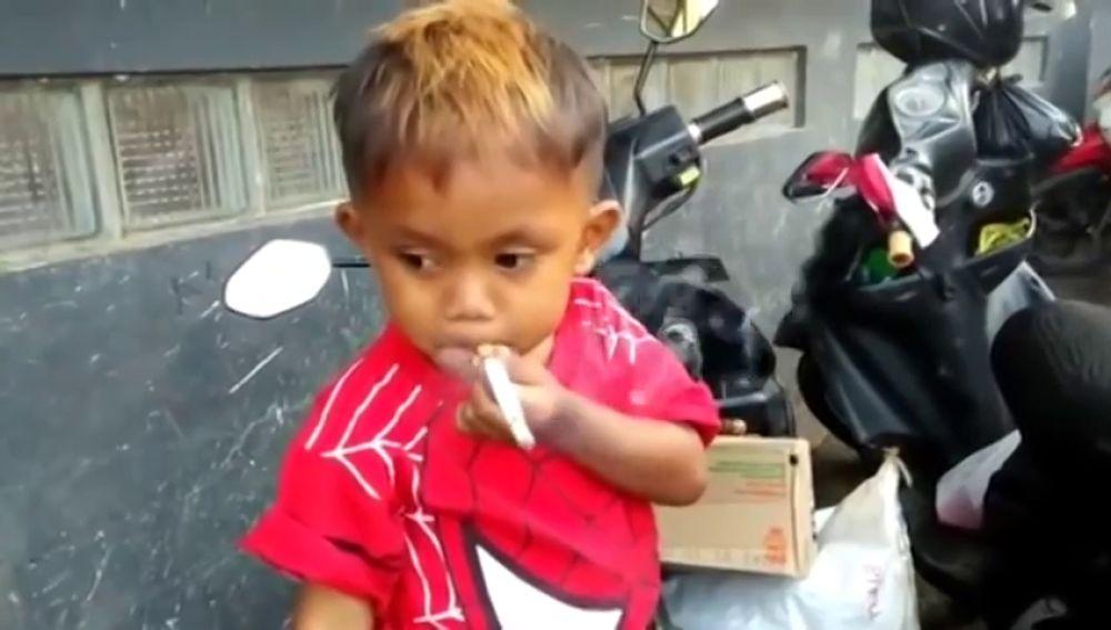 El indignante vídeo de un niño de dos años que fuma dos paquetes de tabaco al día