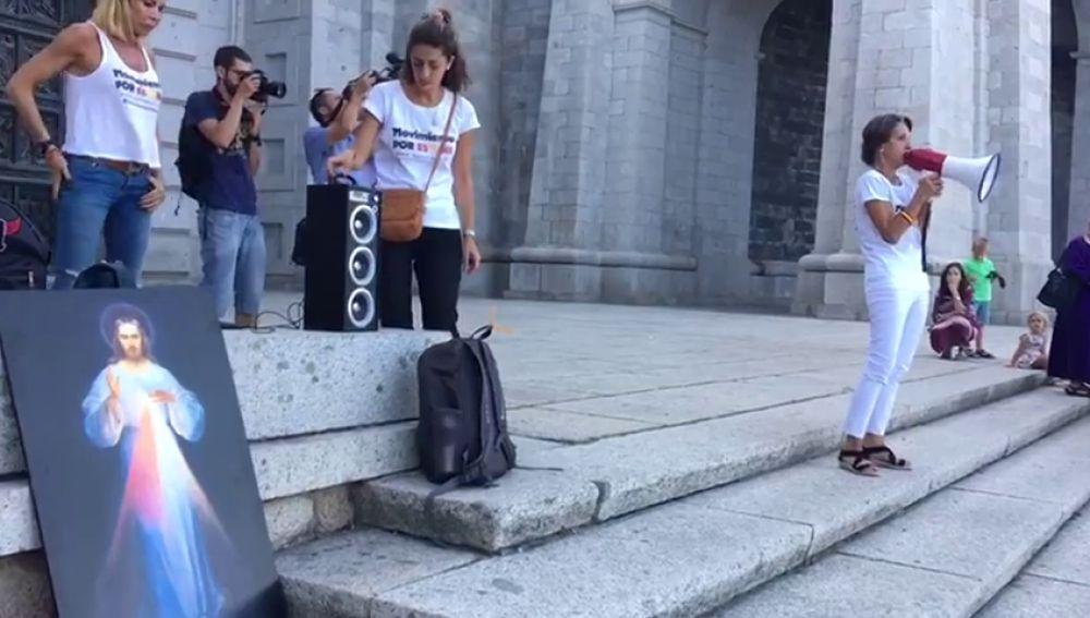 El Movimiento por España mantiene la vigilia por la exhumación de los restos de Franco pese a la prohibición de la Abadía