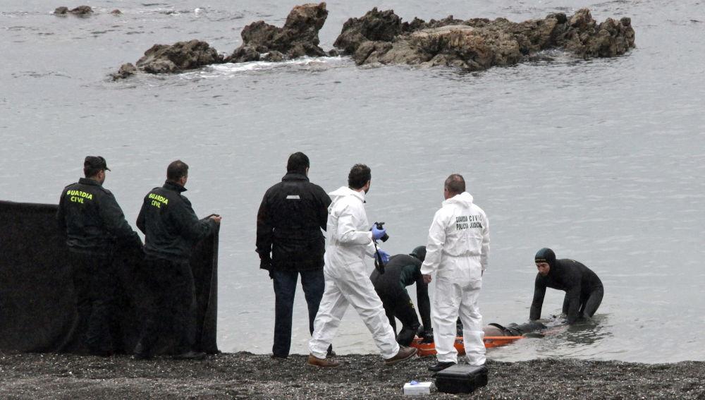 a Guardia Civil localiza en la playa del Tarajal de Ceuta el cadaver de una de las víctimas