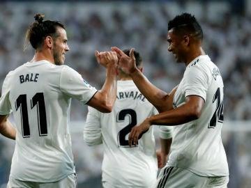Bale y Casemiro celebran un gol