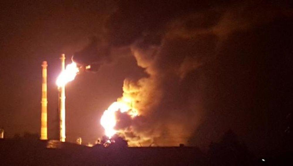Ocho heridos en un gran incendio en una refinería alemana