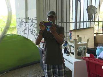 Un nigeriano sin hogar en España se gana la vida viviendo artículos de segunda mano en Internet