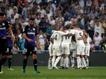 Los jugadores del Real Madrid celebran el gol de Karim Benzema