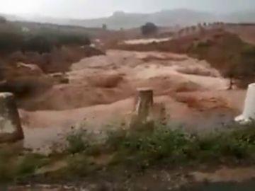 Las inundaciones dejan atrapado a un vecino de Tarragona dentro de su coche