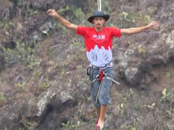 Baten un triple récord de España de highline en la villa grancanaria de Moya