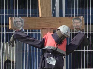 Los trabajadores de la empresa danesa Vestas acampan en la puerta de la fábrica para evitar su cierre