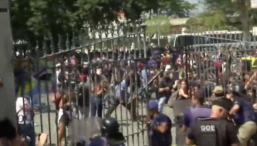 Incidentes entre manifestantes y agentes de la Policía a la entrada del Museo Nacional quemado en Río de Janeiro