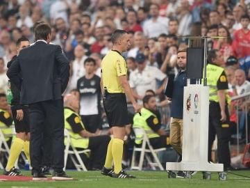 Jaime Latre se acerca al monitor del VAR durante el Real Madrid - Leganés