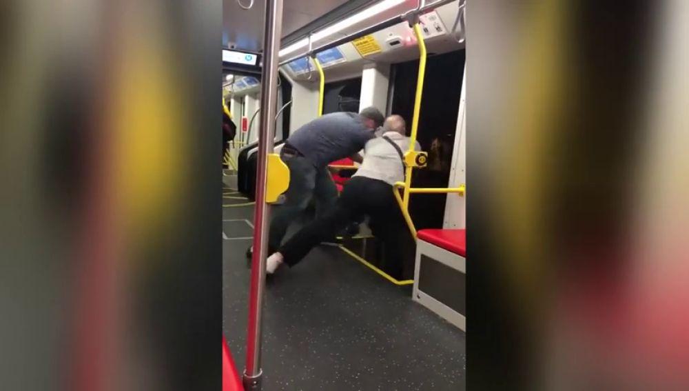 """Indignación en las redes después de que dos hombres intentasen echar a la fuerza a un joven del tren por poner música """"alta"""""""
