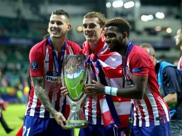 Lucas Hernández, Griezmann y Lemar, con la Supercopa de Europa
