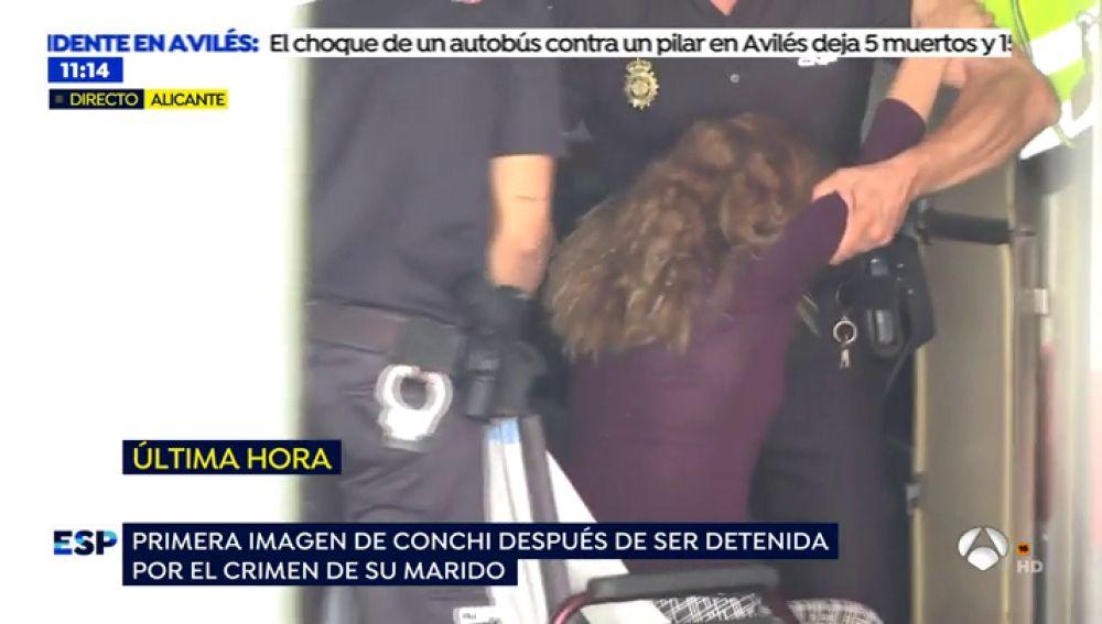 EXCLUSIVA: Las imágenes en las que la 'viuda negra' de Alicante finge su minusvalía durante el registro policial de su caravana