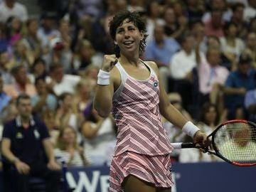 Carla Suárez celebra su triunfo ante Sharapova