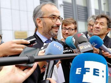 El abogado del juez Llarena, Hackim Boularbah contesta a las preguntas de los periodistas