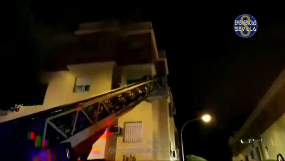 Los bomberos rescatan a una madre y a su hijo dentro de su vivienda incendiada