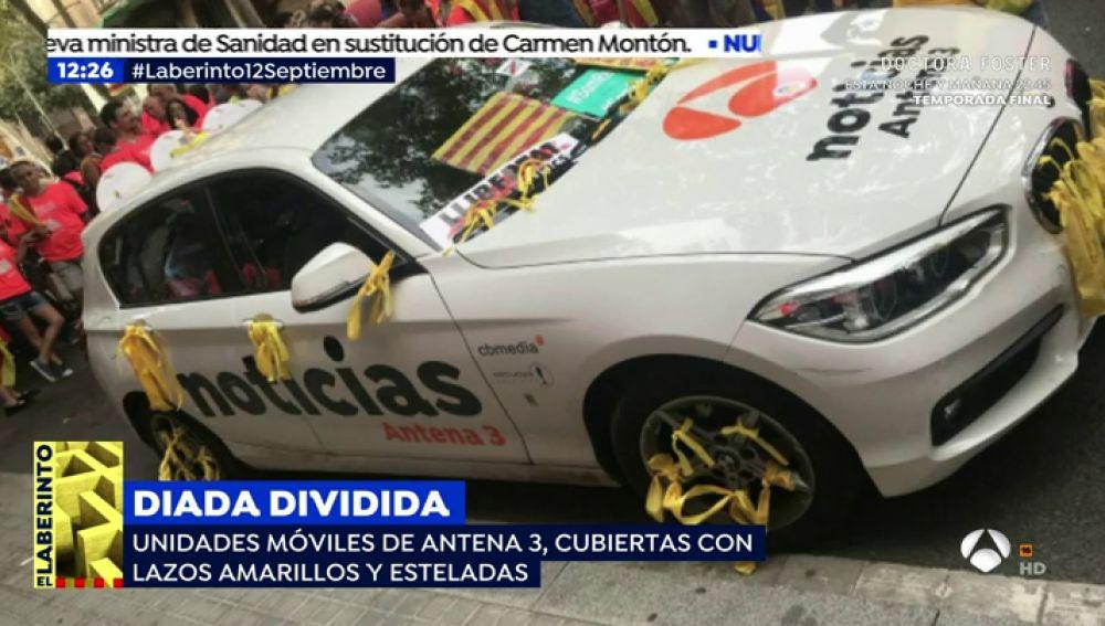 Así dejaron los nacionalistas una unidad móvil de Antena 3 durante los actos de la Diada: lazos amarillos y mensajes independentistas