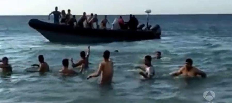 Decenas de inmigrantes llegan en narcolanchas a la costa de Cádiz