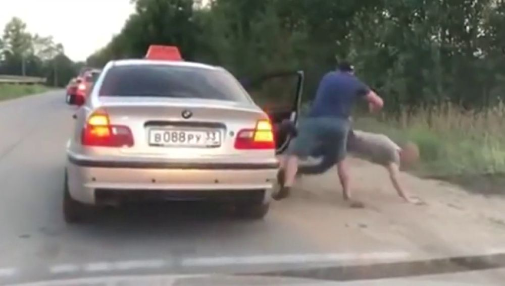Un taxista enfadado expulsa de su taxi a un cliente que arrojó una lata por la ventana