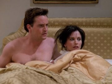 Chandler y Monica en 'Friends'