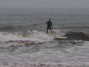 Los surfistas aprovechan la cercanía del huracán Florence