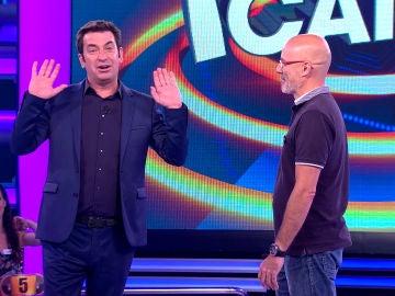 Arturo Valls impide que un concursante ocupe la trampilla central de '¡Ahora Caigo!