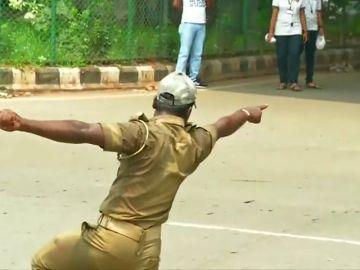 Un policía indio dirige el tráfico mientras baila
