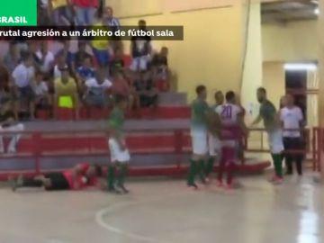 La brutal agresión de un jugador a un árbitro en un partido de fútbol sala en Brasil