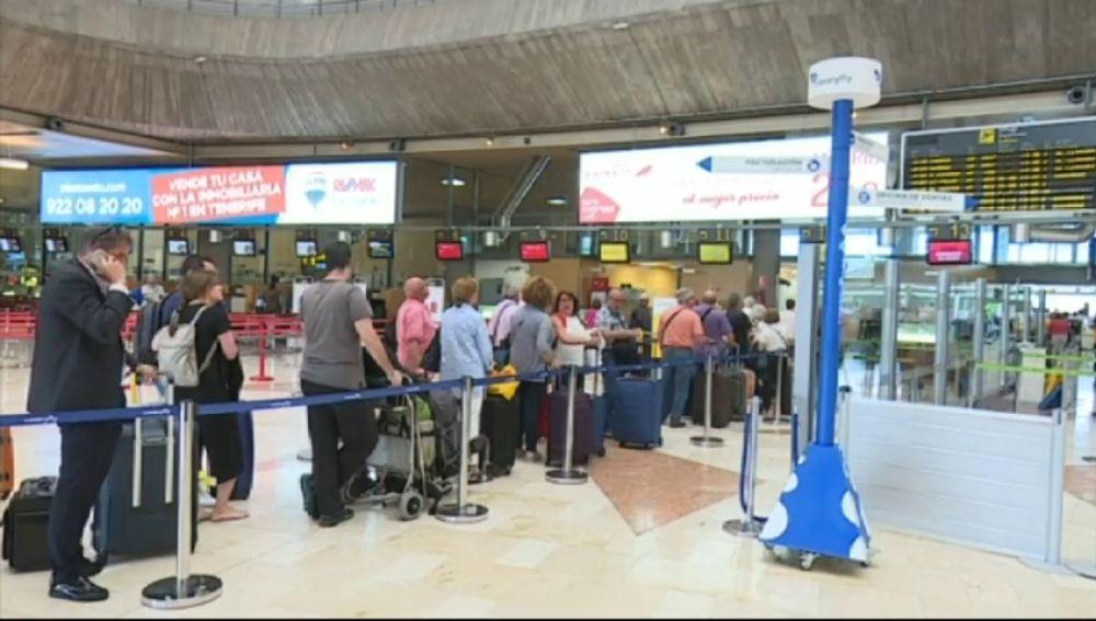 El Gobierno estudia declarar los vuelos a Canarias como un 'servicio público'