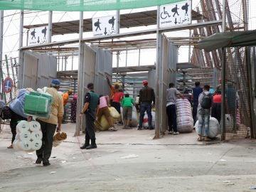 Varias personas en la frontera de Barrio Chino, en Melilla