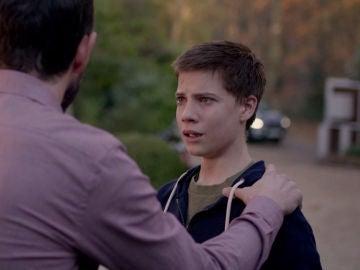 Simon prohibe la entrada a su hijo en casa