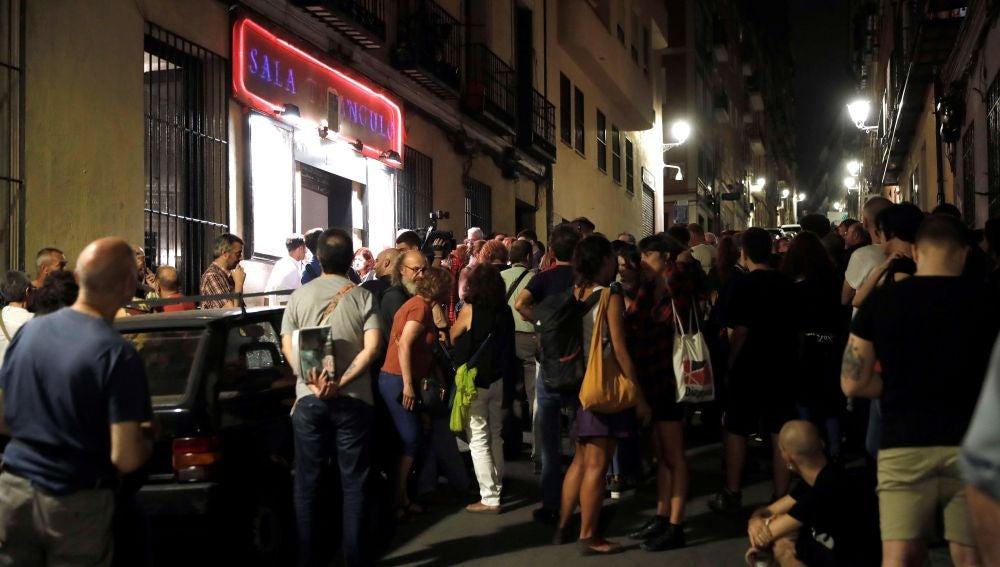 Varias personas esperan en la entrada del Teatro del Barrio en Lavapies