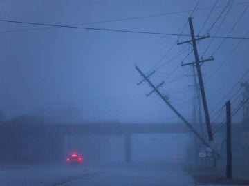 Postes de la luz semi caídos tras el paso del huracán Florence