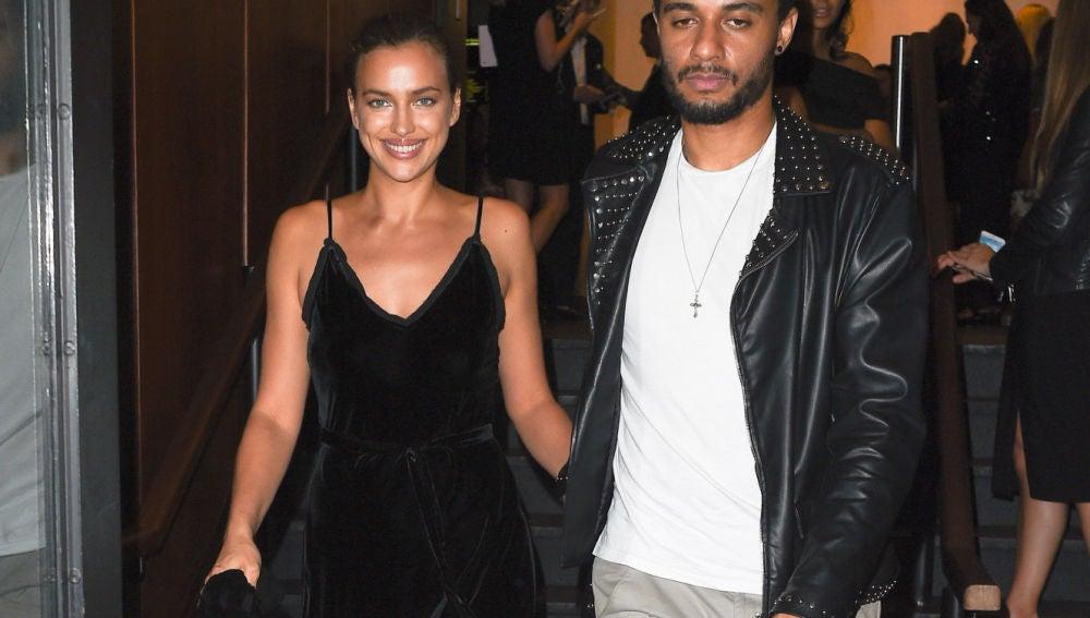 Irina Shayk deja a Bradley Cooper en casa y sale de fiesta con un amigo
