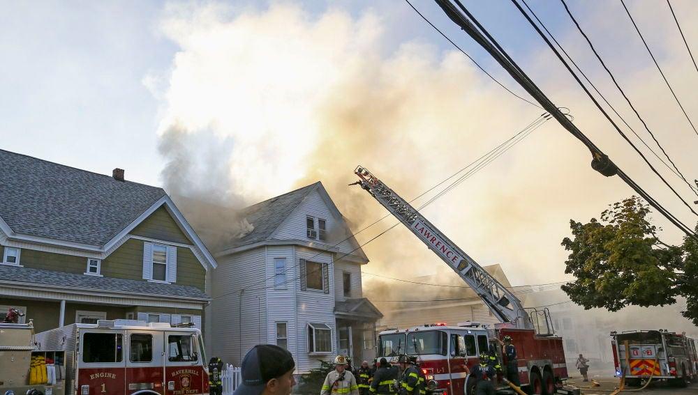 Bomberos combaten un incendio en Lawrence, Massachusetts