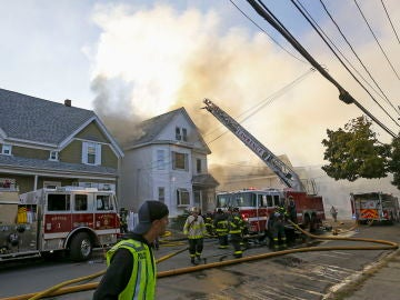 Bomberos combaten un incendio en Lawrence, Massachusetts