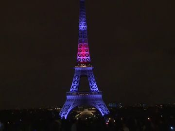 La Torre Eiffel se ilumina por primera vez con los colores de Japón