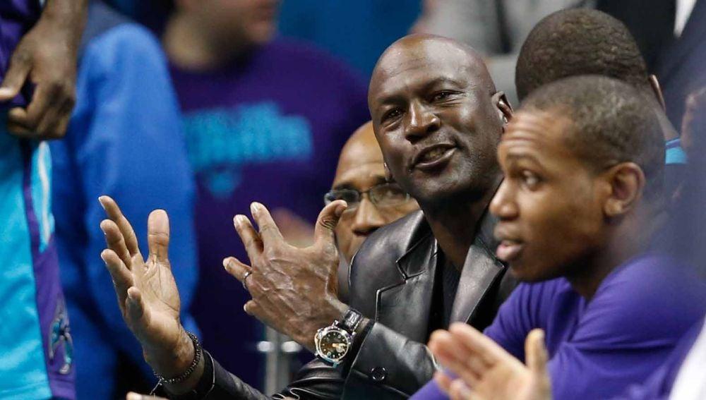 Michael Jordan, durante un partido con los Hornets