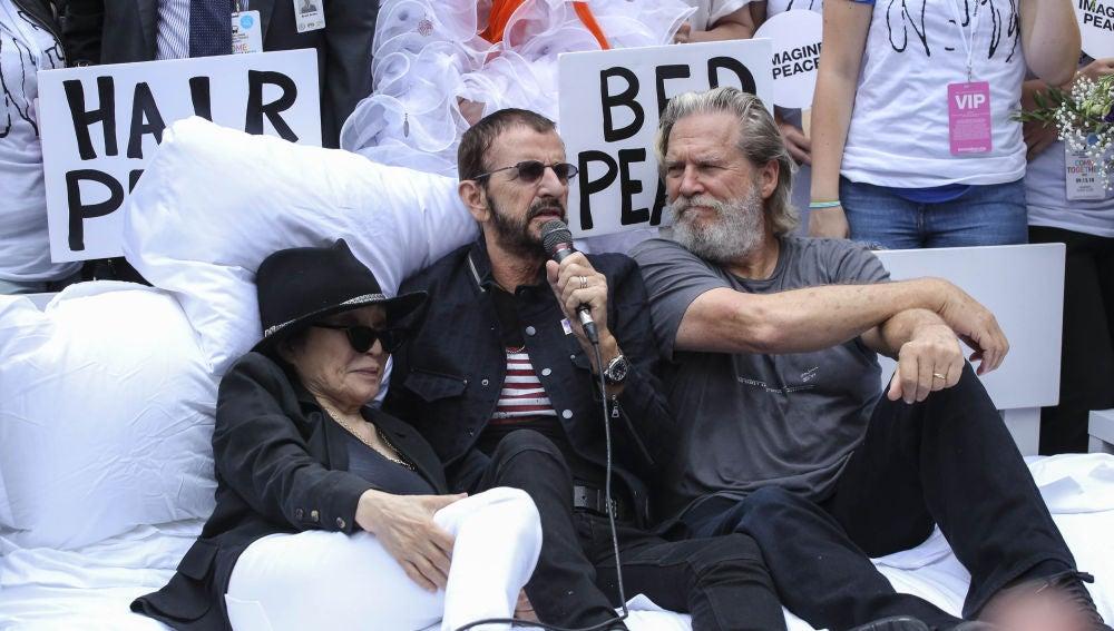La artista japonesa Yoko Ono, el ex-Beatle Ringo Starr y el actor Jeff Bridges