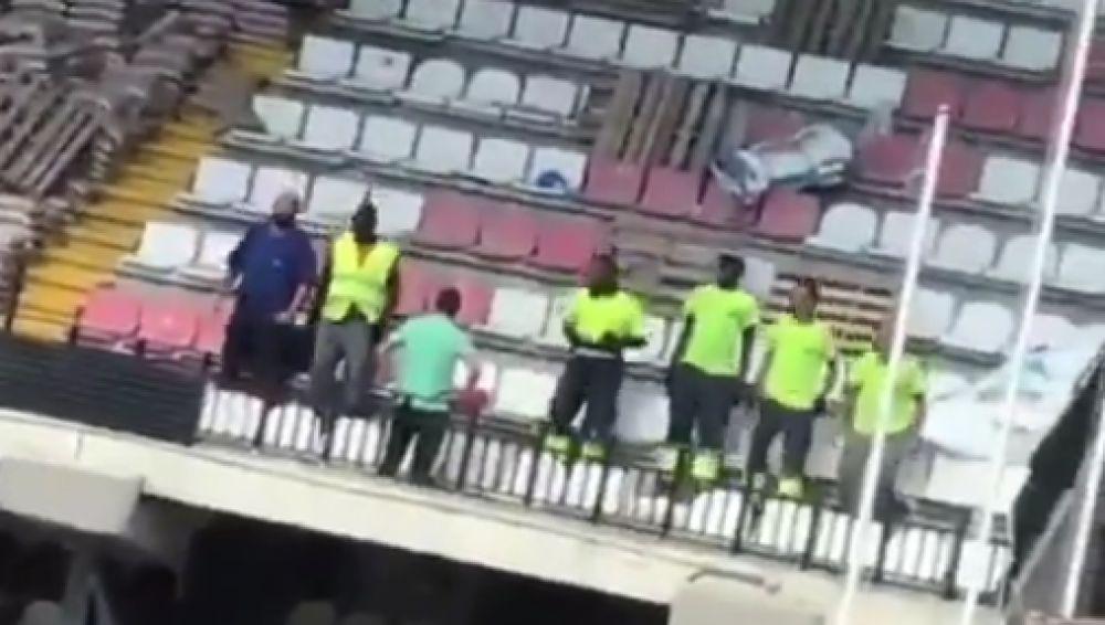 Operarios saltan sobre la grada del estadio de Vallecas