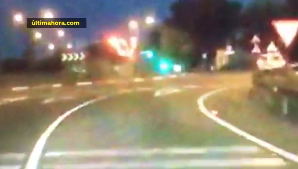 Un vehículo con cuatro pasajeros queda siniestrado tras chocar de frente con una rotonda