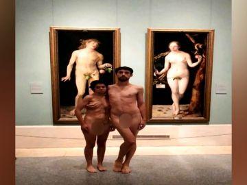 Una pareja se desnuda en el Museo del Prado y posa ante los cuadros de Adán y Eva