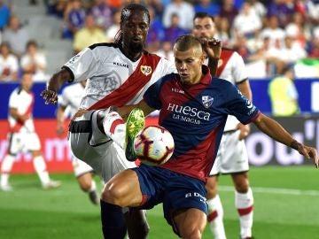 Samuele Longo y Ba se disputan la posesión del balón